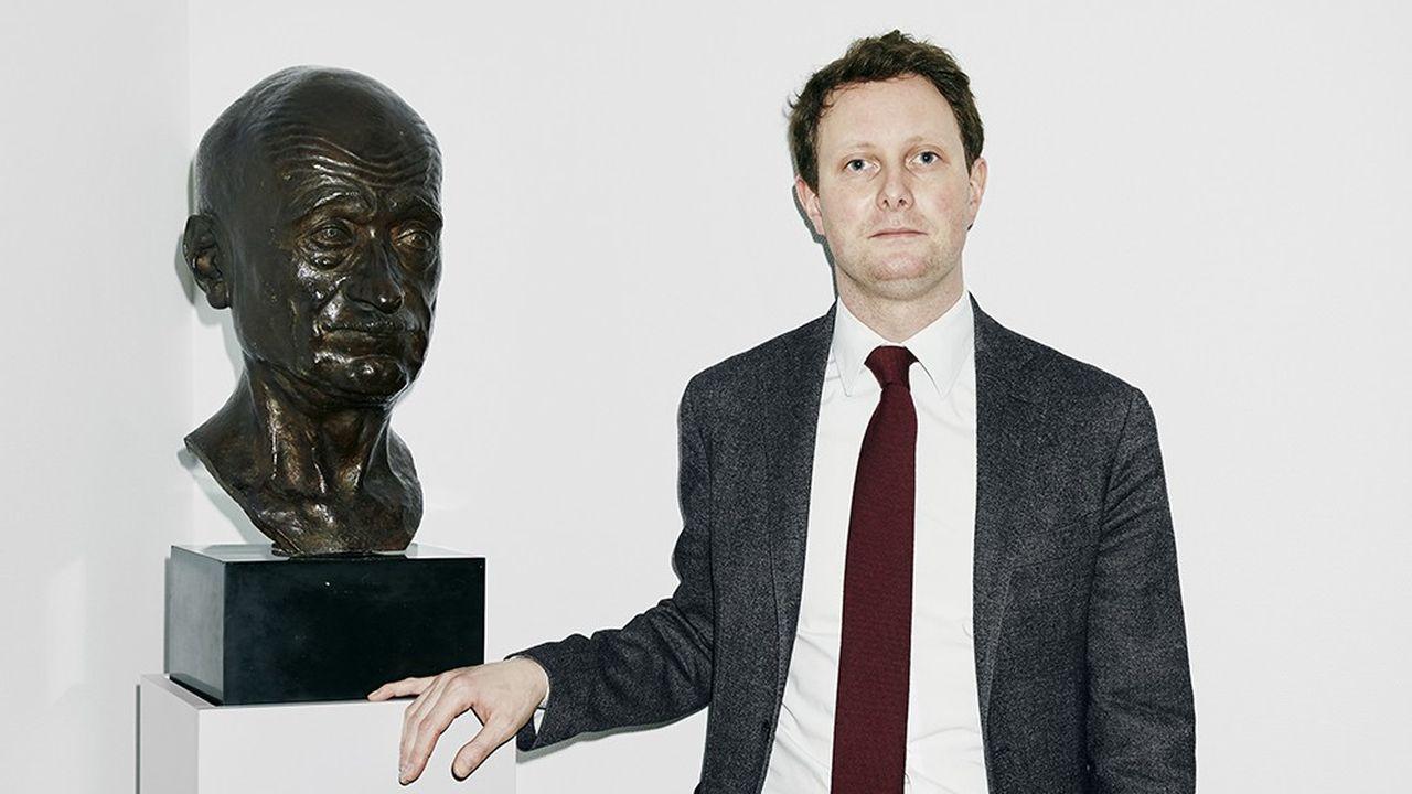 Clément Beaune, secrétaire d'Etat chargé des Affaires européennes, pose près du buste de Robert Schuman, l'un des pères de la construction européenne, le 18 janvier 2021, dans l'antichambre de son bureau.