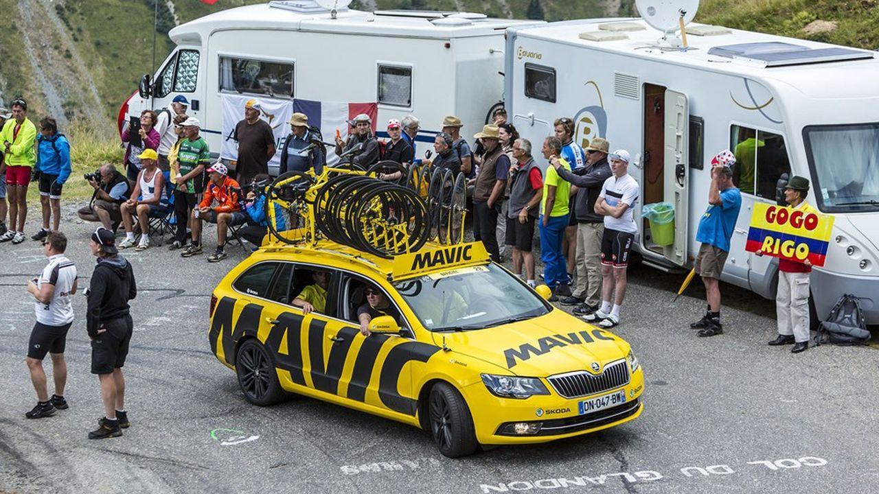 Depuis 1977, les célèbres voitures et motos jaunes de Mavic sillonnaient les routes du Tour de France.