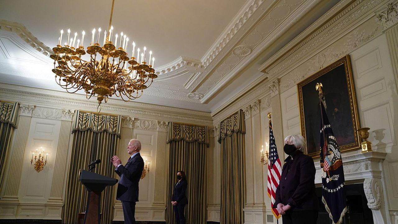 Le président des Etats-Unis Joe Biden, entouré de la Vice Présidente, Kamala Harris, et de la Secrétaire au Trésor, Janet Yellen, à la Maison Blanche, Washington, 5 février, 2021.