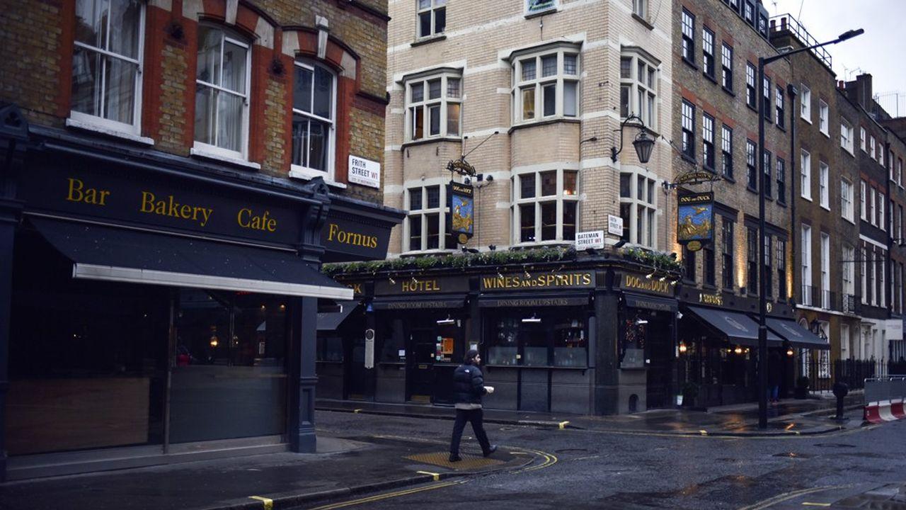 La fermeture des établissements liés à la restauration apesé le plus lourd dans la contraction enregistrée (ici, des bars et restaurants dans le quartier de Soho, à Londres).