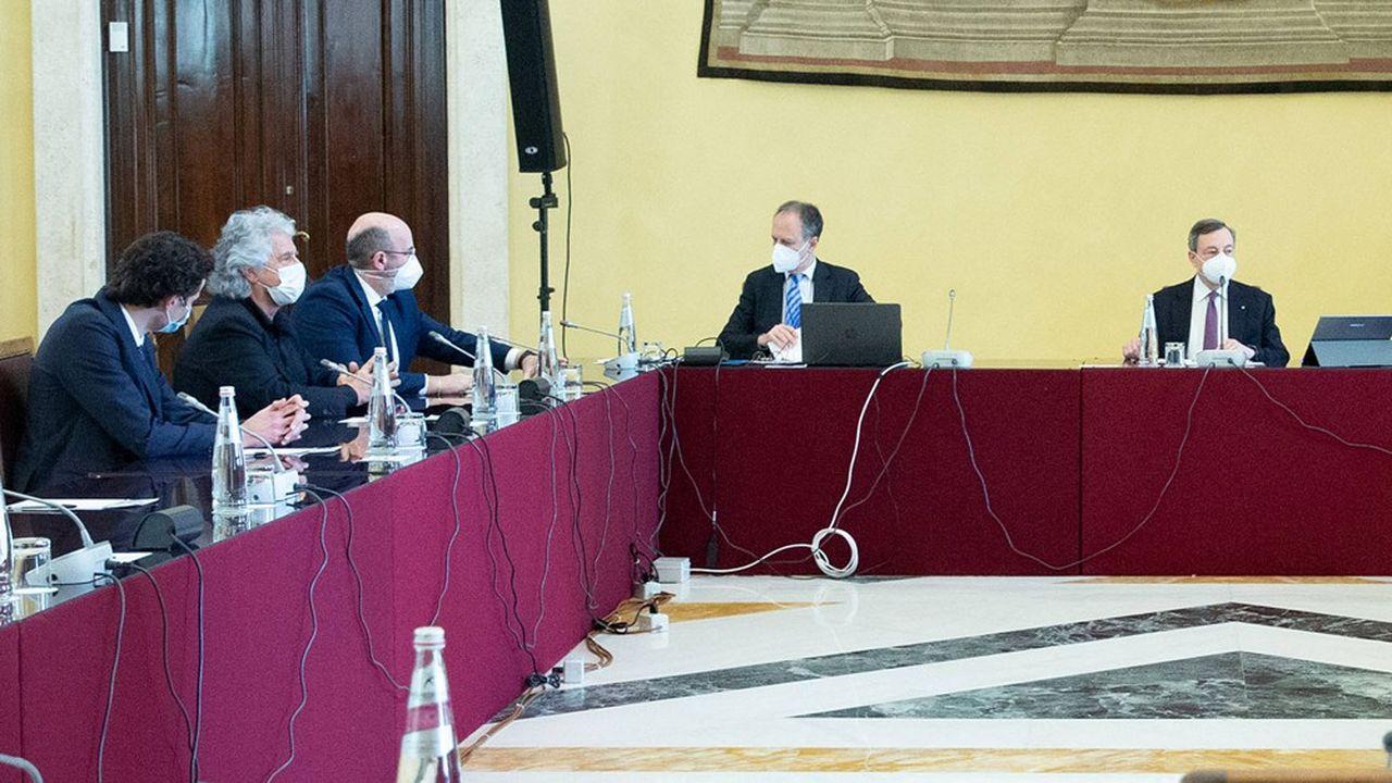 Le président du Conseil désigné, Mario Draghi, et les dirigeants du M5S Davide Crippa, Beppe Grillo, Vito Crimi (à gauche de la photo) à la Chambre des députés pendant les consultations pour former un nouveau gouvernement.