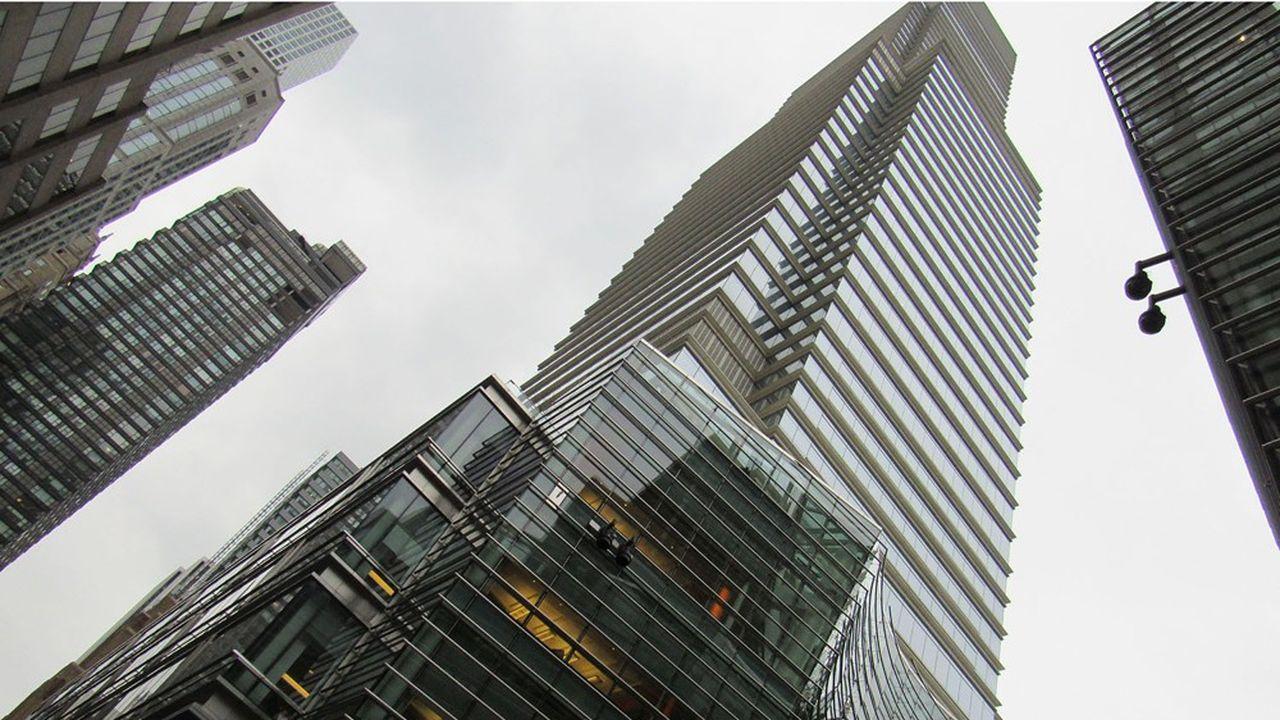 Fondato nel 1990, il Bloomberg LP Group (società madre di Bloomberg News) genera la maggior parte dei suoi ricavi attraverso i suoi 325.000 abbonati al Bloomberg Financial Market Access Terminal.