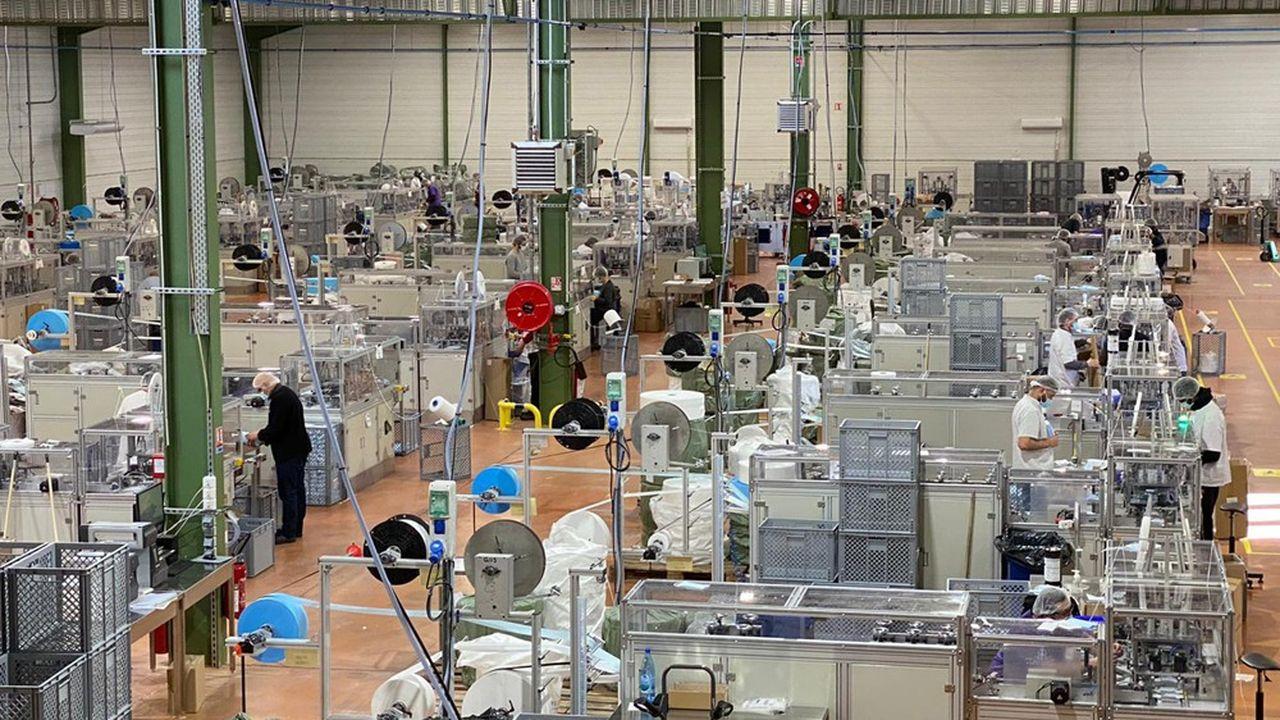 AHG a investi 7millions d'euros dans 40lignes de découpe, de soudure par ultrason et de pliage, à Flourens (Haute-Garonne), lui permettant d'atteindre une capacité de 30millions de masques par mois, à la fin 2020.