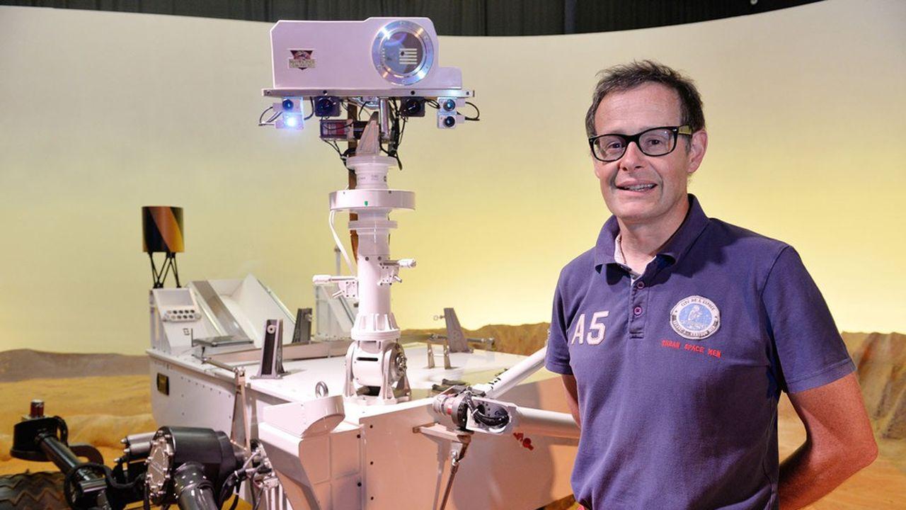 Sylvestre Maurice, astrophysicien à l'Irap (CNRS, université de Toulouse, Cnes), avec le robot Curiosity.