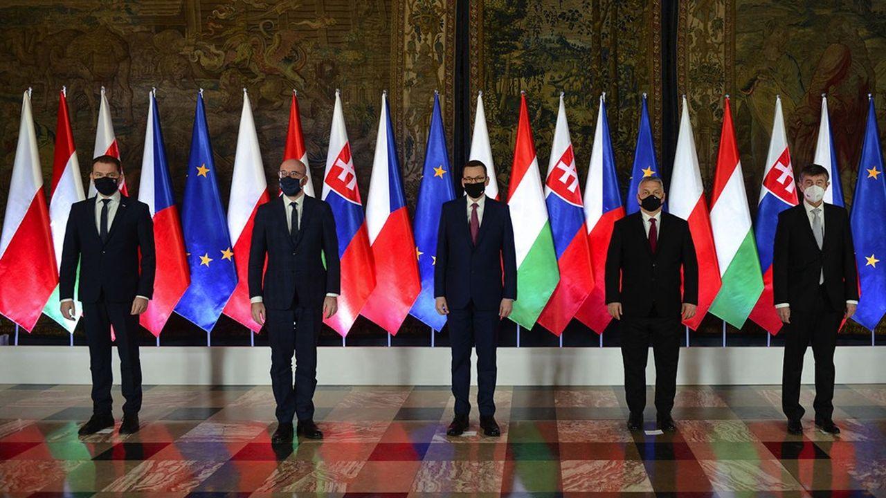 Autour du président du Conseil européen, Charles Michel (au centre), les quatre chefs de gouvernement des pays du groupe de Visegrad, réunis mercredi 17 février, à Cracovie, au château du Wawel, en Pologne.