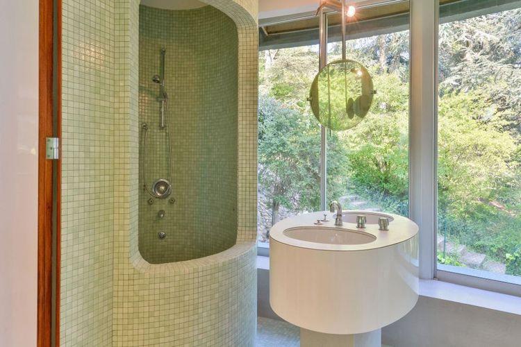 Au premier niveau, chacune des deux chambres dispose de sa propre salle de bains.