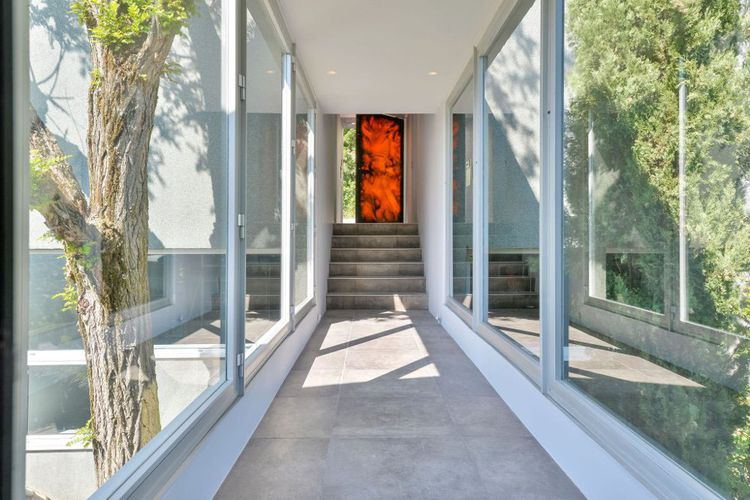 Cette maison de 6 pièces et environ 350 m² donne sur 2.300 m² de terrain.