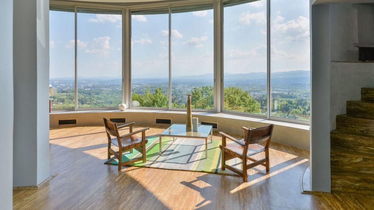 Cette maison d'architecte ronde, construite sur trois étages, offre une vue exceptionnelle à 180°, de Fourvière aux monts du Lyonnais.