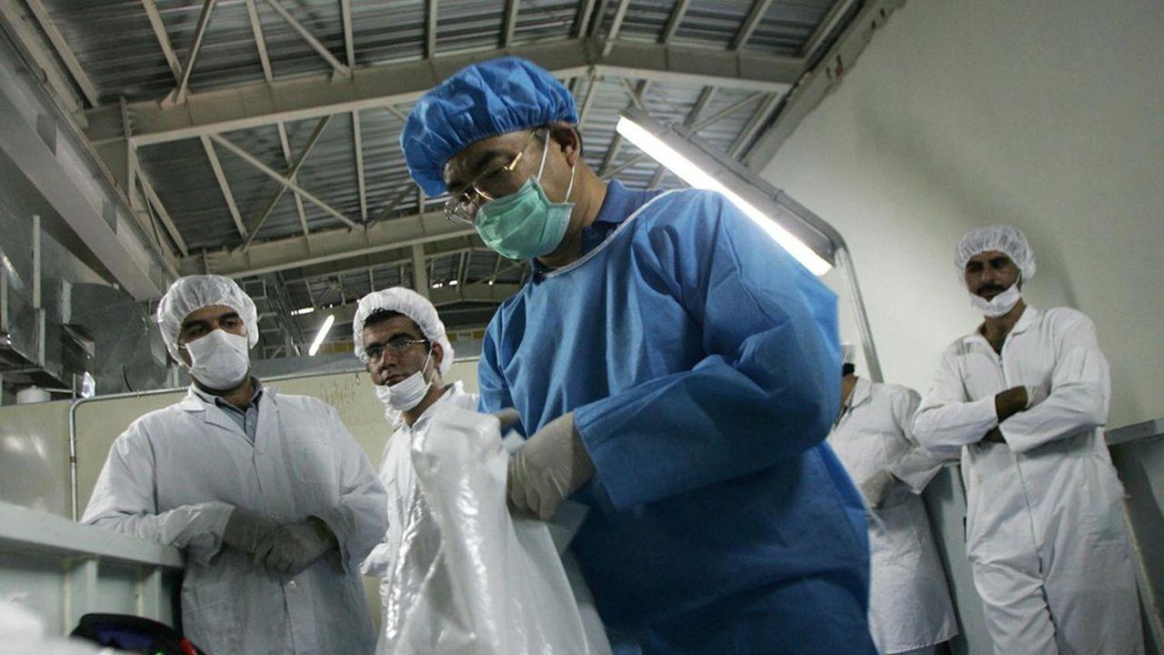 Des techniciens iraniens observent un inspecteur de l'Agence internationale de l'énergie atomique (AIEA) à l'usine d'enrichissement d'uranium d'Isfahan en août2005.