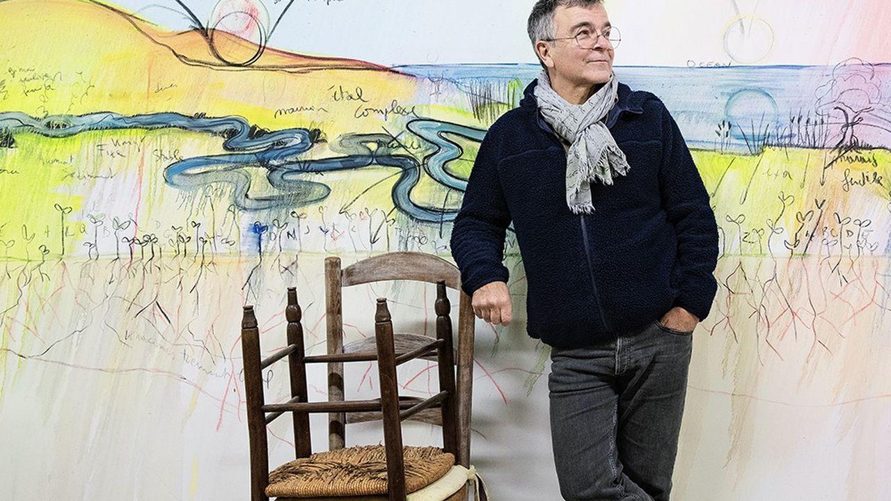 Fabrice Hyber devant l'une de ses nombreuses oeuvres stockées dans une ancienne grange de Mareuil-sur-Lay-Dissais, Vendée.