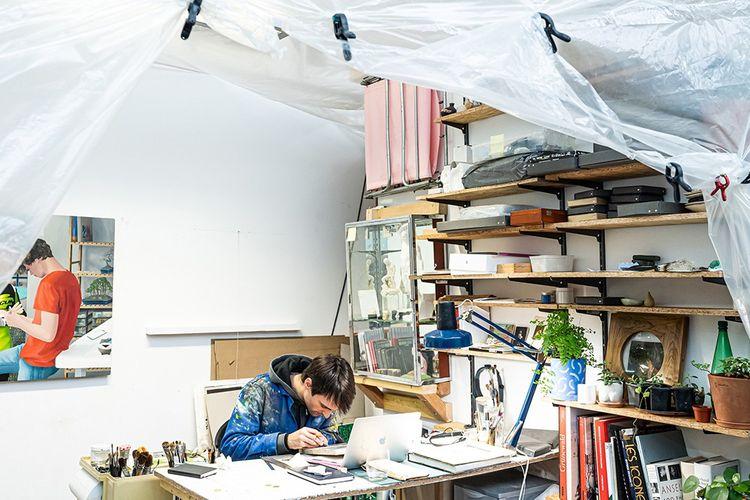 Le peintre Jean Claracq dans son atelier.