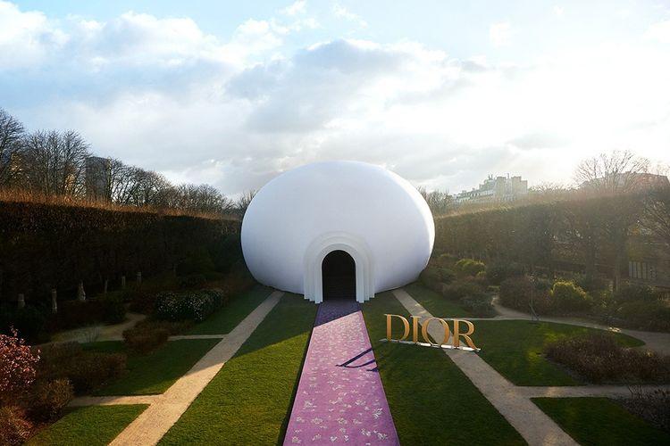 La « Déesse mère gonflable » de Judy Chicago, pour le défilé haute couture du 20 janvier 2020, dans les jardins du musée Rodin, à Paris.