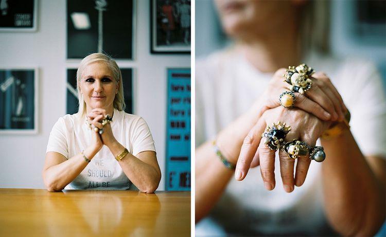 Maria Grazia Chiuri, arborant ses bagues fétiches et le tee-shirt «We should all be feminists» qu'elle fit porter à ses mannequins pour son premier défilé chez Dior. Il reprend le titre d'une conférence TEDx de l'écrivaine nigériane Chimamanda Ngozi Adichie de 2012. © Marion Berrin pour «Les Echos Week-End»