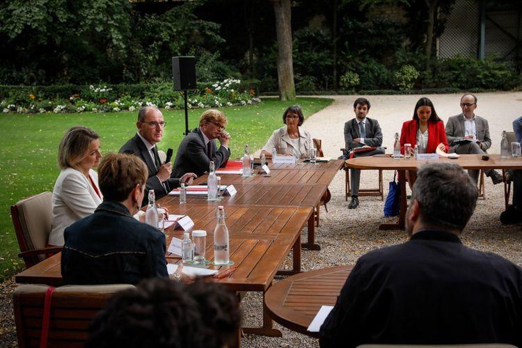 Le Premier ministre, Jean Castex, aux côtés de Barbara Pompili et Marc Fesneau lors d'une rencontre avec les représentants de la Convention citoyenne pour le climat à l'hôtel de Matignon le 20juillet 2020.