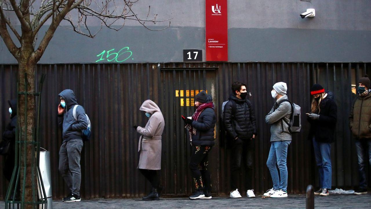 Des étudiants font la queue pour retirer des lots alimentaires distribués gratuitement par des associations, à Paris, le 11février 2021.