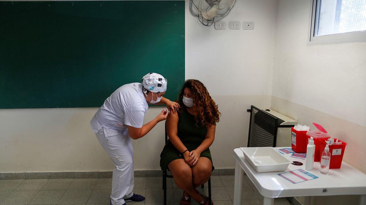 En Argentine, le principal axe de la campagne de vaccination qui vient de commencer par une priorité donnée au personnel soignant et aux personnes âgées est le vaccin russe Spoutnik V.