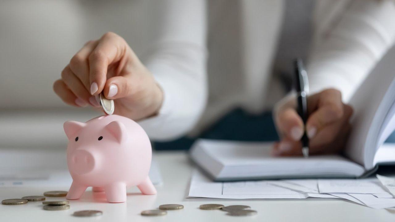 Selon les derniers chiffres de la Banque de France, le taux d'épargne - le revenu disponible non consommé - des Français a grimpé au troisième trimestre 2020 à 18,8%, contre 14,4% en 2019.