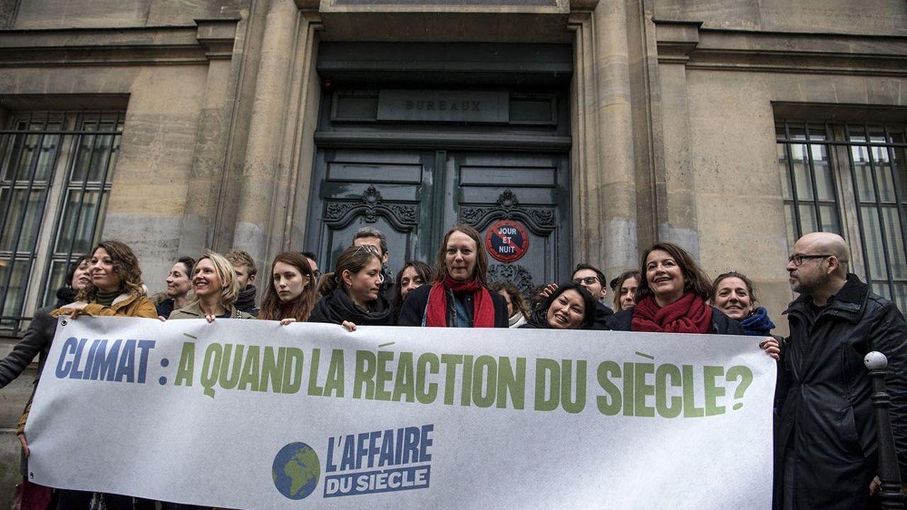 Les représentants des ONG regroupées sous la bannière «L'Affaire du siècle» (Fondation Nicolas Hulot, Greenpeace, Oxfam France) devant le tribunal administratif de Paris le 14mars 2019.