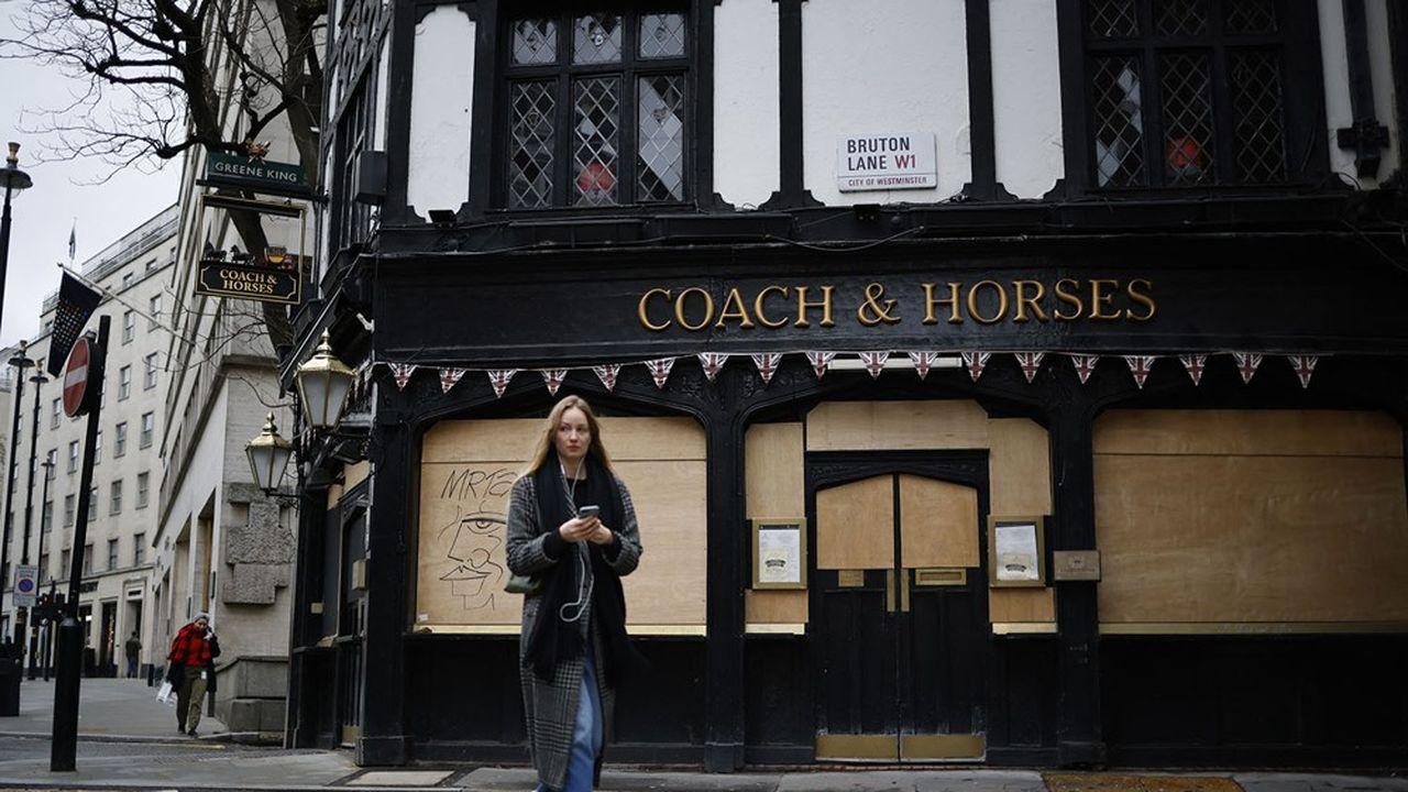 Un pub du quartier londonien de Mayfair, toujours fermé le 17février.