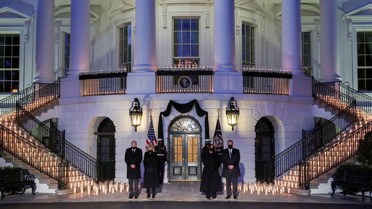 Joe Biden, sa femme, Kamala Harris et son époux rendent hommage aux 500.000 victimes du Covid-19, symbolisées par 500 bougies.