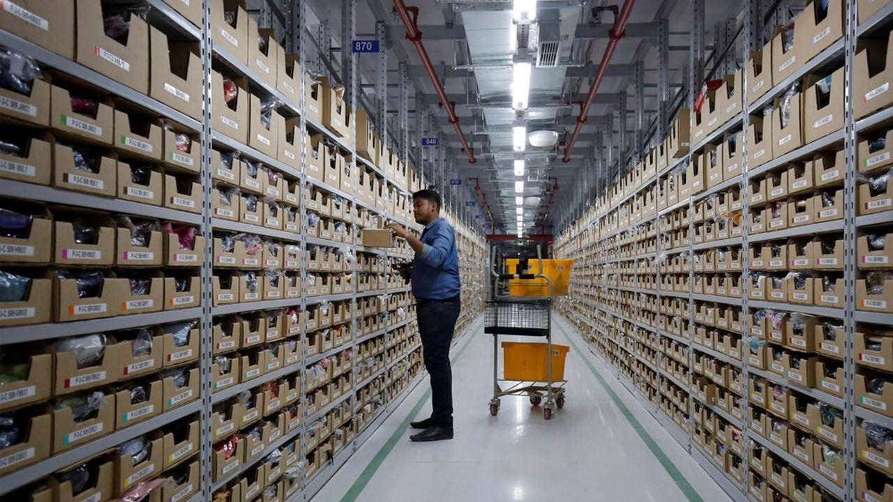 Amazon (ici, un centre de distribution à Bangalore) entend empêcher le conglomérat du milliardaire indien Mukesh Ambani de mettre la main sur le premier distributeur du pays, Future.