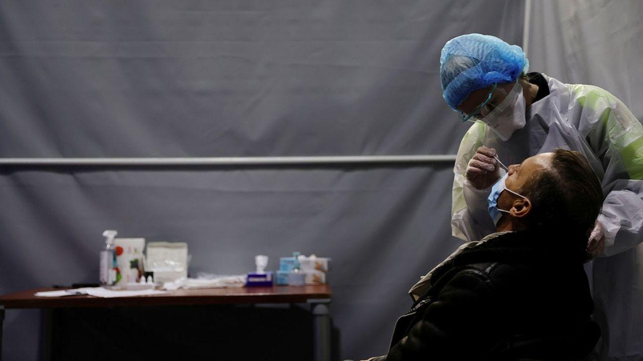 Partout en Europe, la prudence est de mise alors que les variants font craindre une explosion de l'épidémie.
