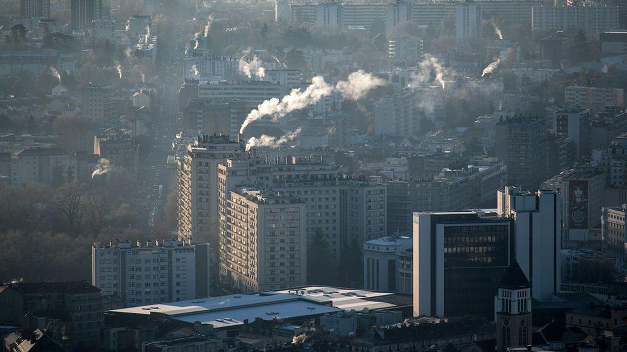 Vue aérienne de Grenoble lors d'un épisode de pollution.