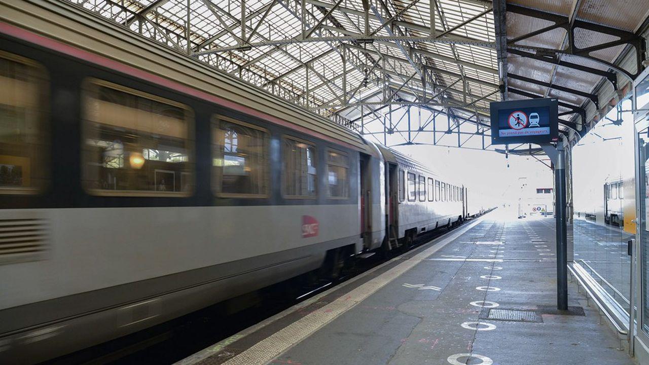 Les trains Corail assurent des services régionaux ou Intercités, non couverts par les TGV.