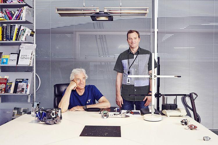 James Dyson et son fils Jake, à Malmesbury, au siège de l'entreprise Dyson.