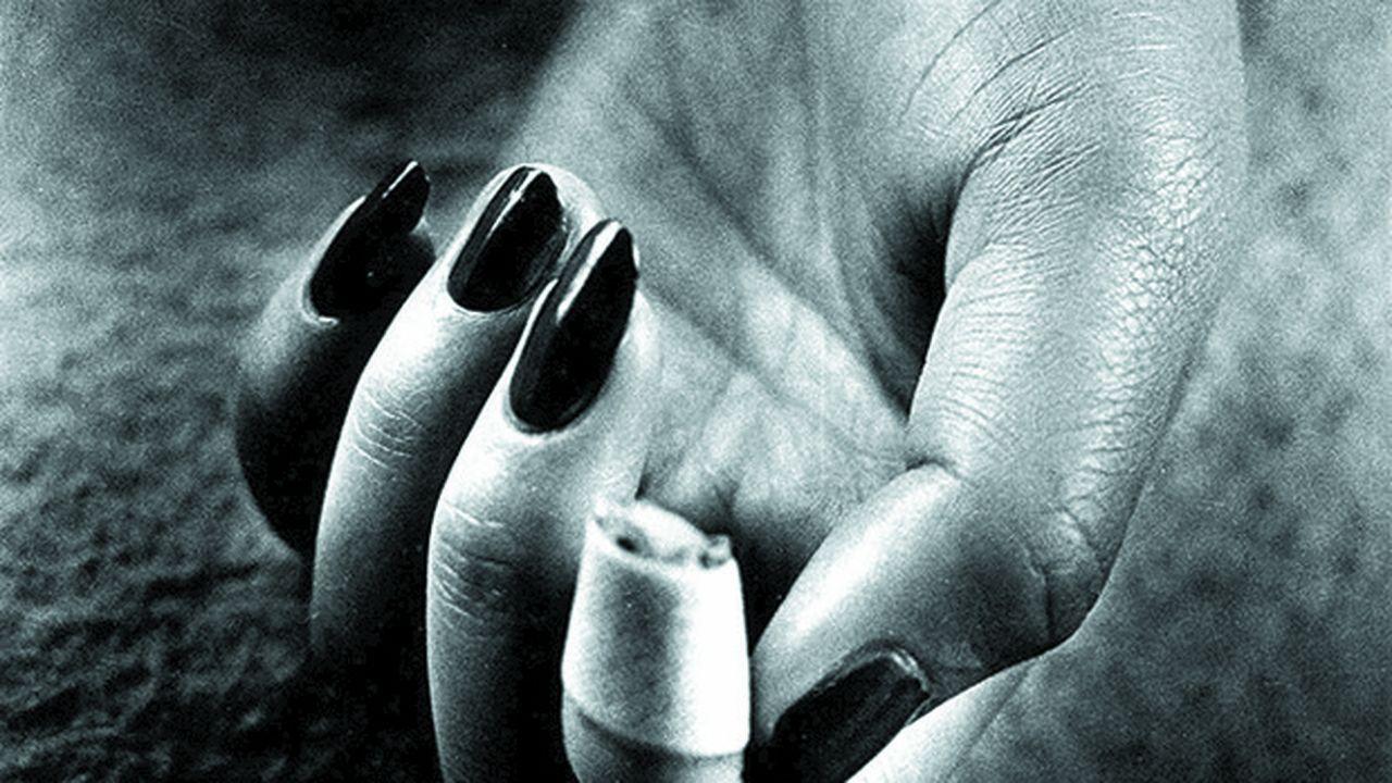 Une main comme le livre ouvert d'une histoire que d'infimes détails précisent ou contredisent. Daidō Moriyama, Nails Claw, de la série « Lettre à Saint Loup », 1990 Tirage gélatino-argentique