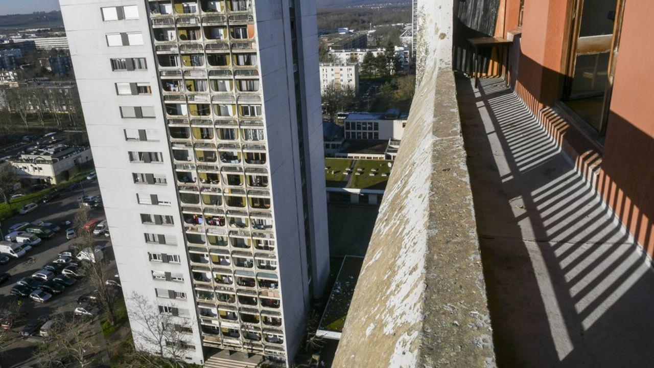 Haute de 17 étages, la tour Neptune du quartier du Val Fourré, à Mantes-la-Jolie, a mal vieilli.