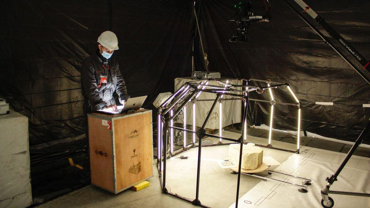 Pour numériser les blocs de pierre de la voûte de Notre-Dame, la société Mercurio a conçu une structure octogonale portant quatre appareils photo et des bandes lumineuses LED pour assurer un éclairage uniforme.