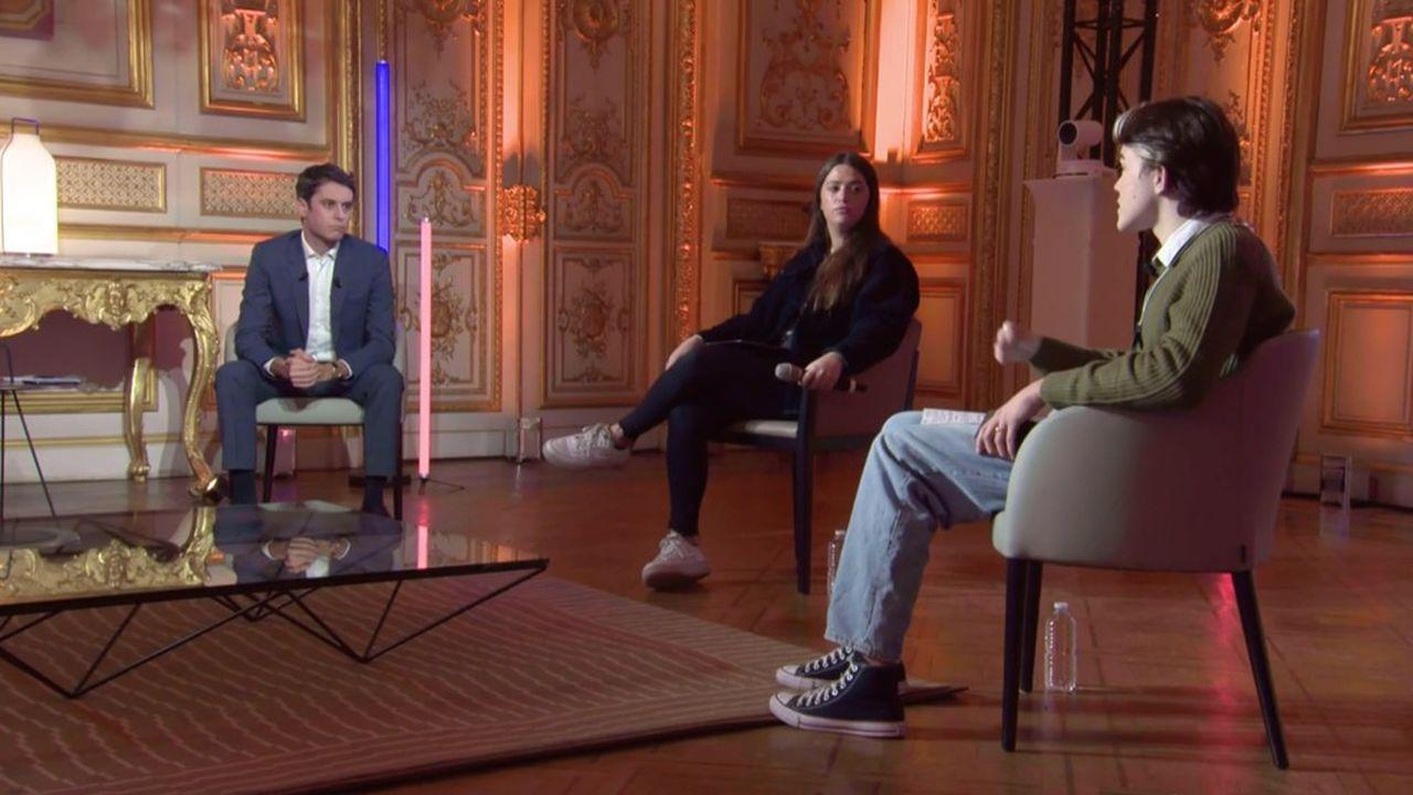 Le porte-parole du gouvernement Gabriel Attal a discuté avec les deux influenceurs Fabian (à droite) et Elise du duo Elise & Julia (au centre), en direct sur Twitch dans son émission #SansFiltre, le 22février dernier.