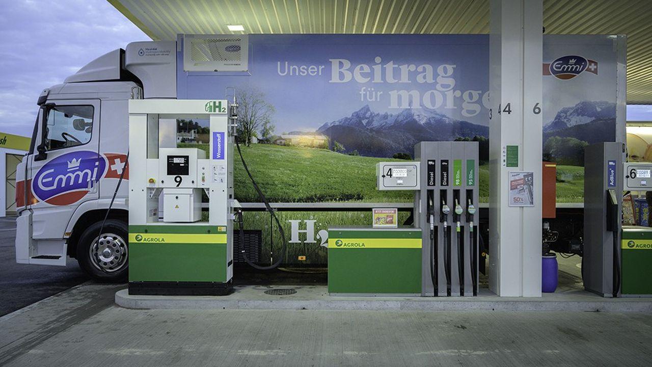 Un camion électrique Hyundai fait le plein d'hydrogène à une pompe de la station-service Agrola de Zofingen, à l'ouest de Zurich.