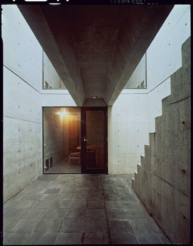 La Row House, réalisée en 1975 : deux blocs d'un béton séparés par une cour intérieure à ciel ouvert et reliés par une passerelle à Sumiyoshi.