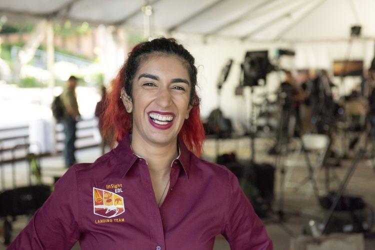 Farah Alibay, heureuse et soulagée, le jour de l'arrivée de InSight sur Mars en 2018.