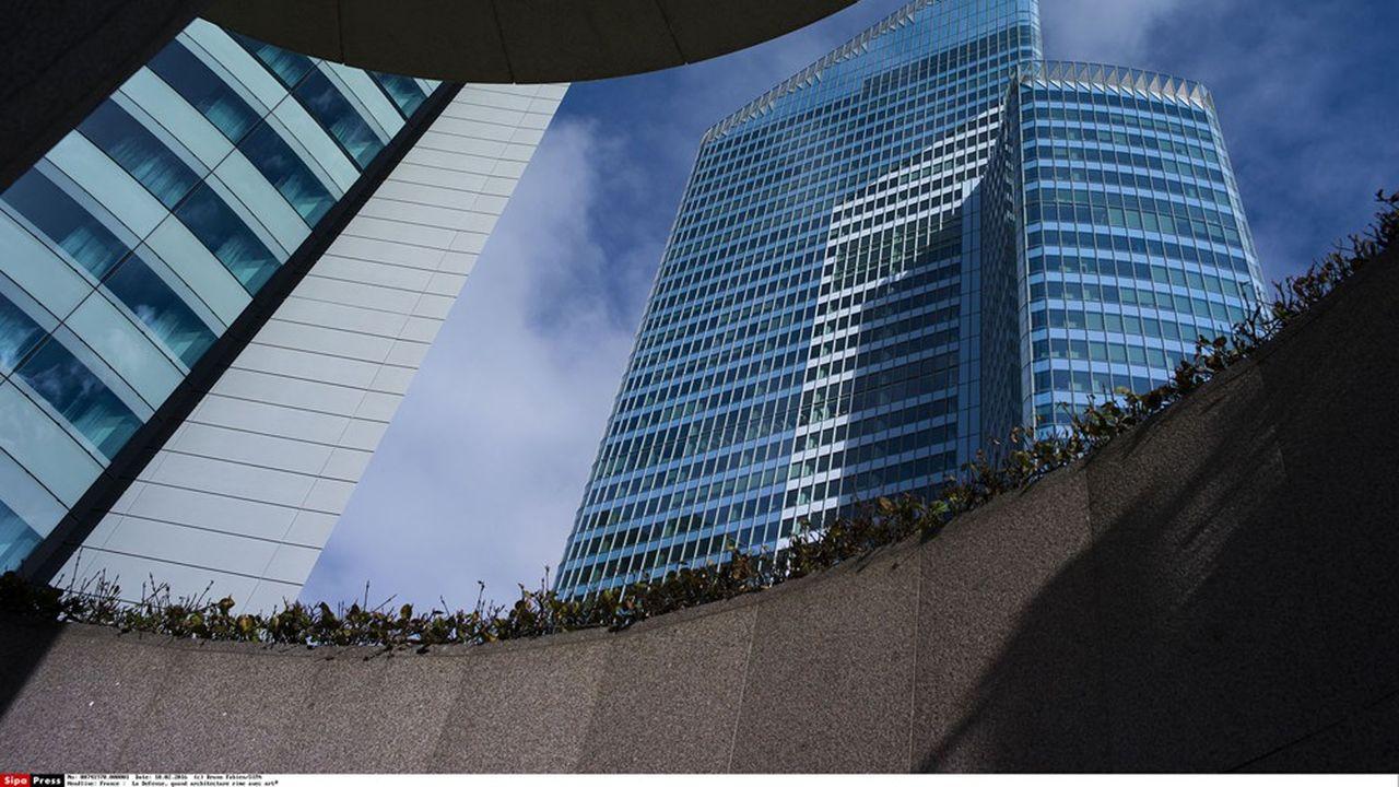 EY France a son siège dans la tour First, à LaDéfense, le plus haut gratte-ciel de France devant la tour Montparnasse, où le cabinet d'audit-conseil compte quelque 5.000employés.