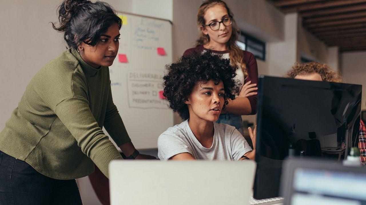 Les femmes sont désormais plus nombreuses que les hommes dans les services à forte intensité de connaissances. Ici des ingénieures en informatique.