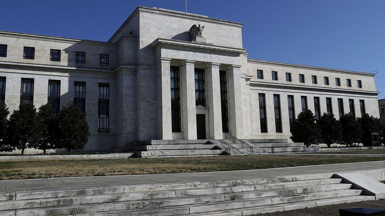 Les stratèges et économistes ont des difficultés à prévoir l'évolution du dollar et des monnaies.