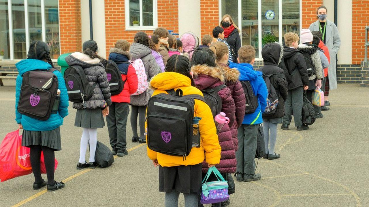 Grâce à l'amélioration de la situation sur le front du Covid, les petits Anglais ont repris lundi matin le chemin de l'école.