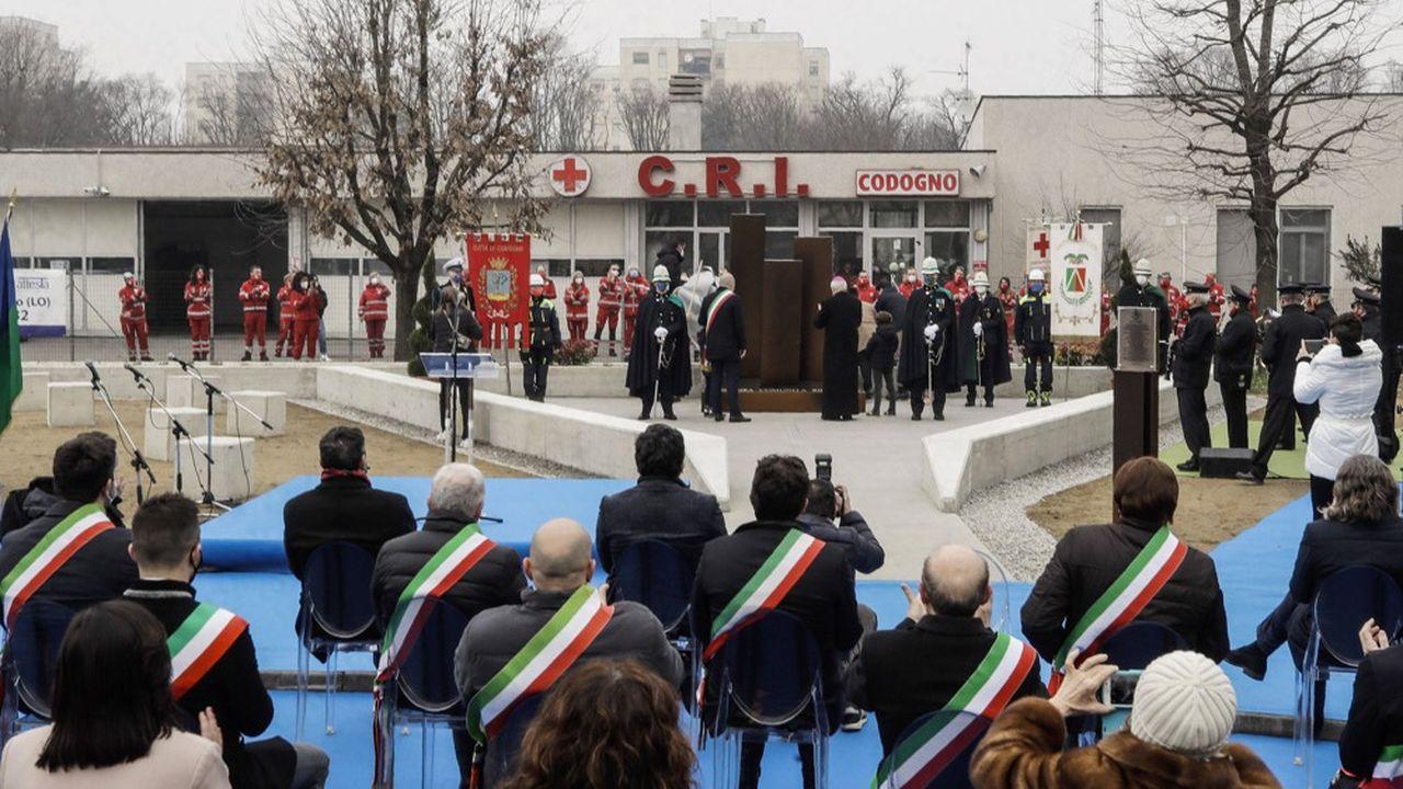 Les autorités locales dévoilent un mémorial aux victimes du Covid à Codogno, le premier village italien placé en quarantaine au début de la pandémie.