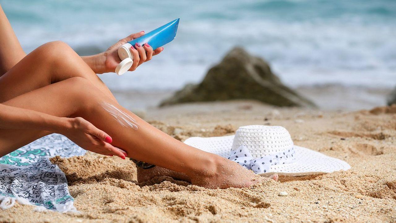 Des crèmes solaires cancérigènes avec le temps, alerte le CNRS