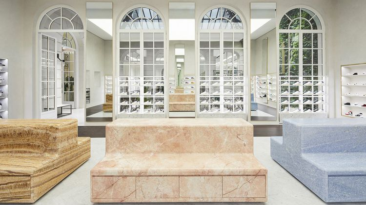 Le concept store Kith, rue Pierre Charron, dans le VIIIe arrondissement de Paris, au style épuré.
