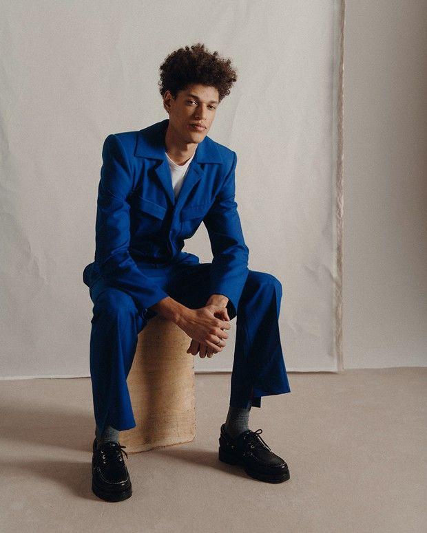 Combinaison en coton avec épaulettes et souliers bateau en cuir, Louis Vuitton. Tee-shirt en coton, Petit Bateau. Chaussettes en coton, Falke.