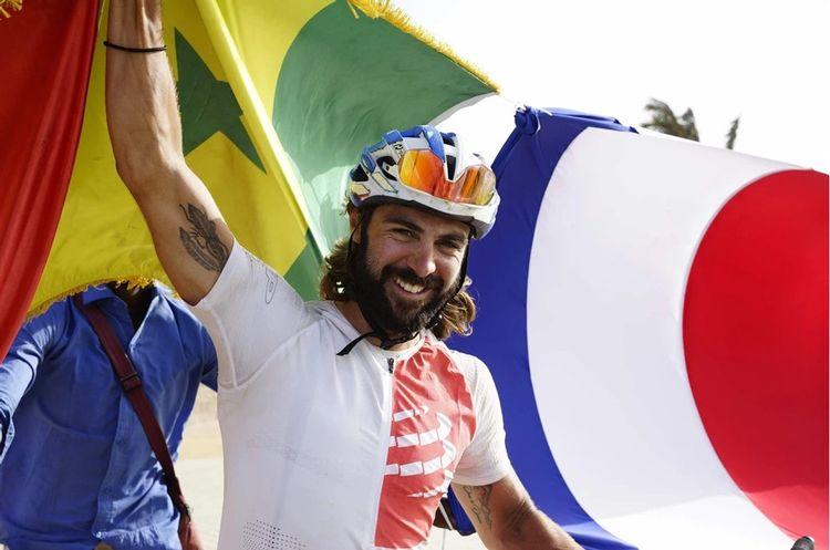Stéven Le Hyaric détient le record du monde en temps de trajet à vélo entre Paris et Dakar, soit 20 jours.