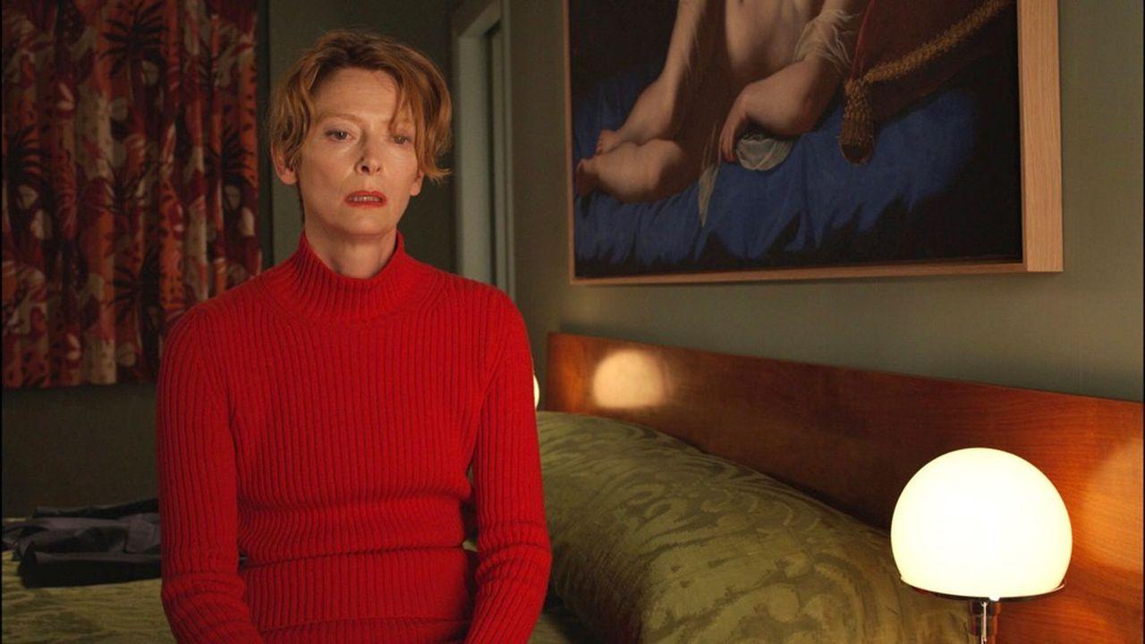 Tilda Swinton, la moins ibérique de ses actrices, devient soudain toutes celles qu'Almodóvar a si bien filmées au fil des décennies.