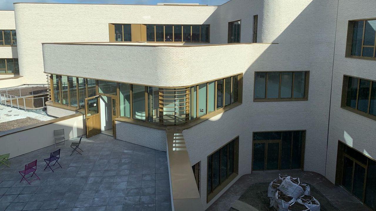 Implanté sur une surface de près de 5.000m2, le bâtiment est construit selon une démarche de haute qualité environnementale.