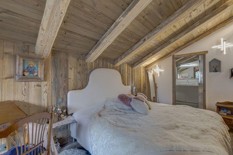 Chaque chambre est aménagée avec dressing et salle d'eau privative.