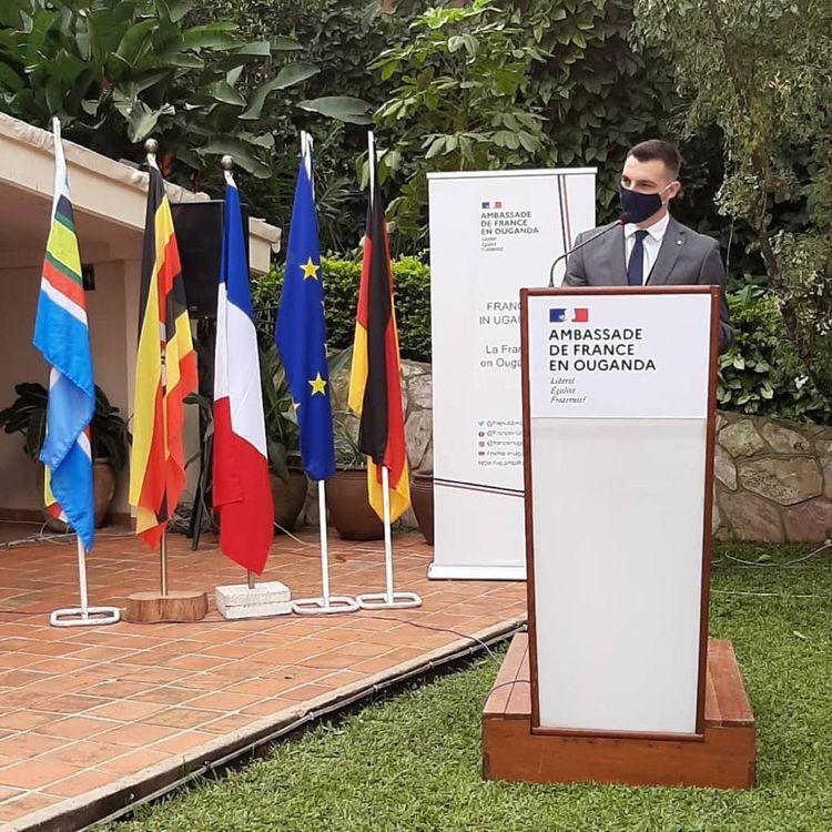 Jérémy, en plein discours à l'ambassade de France en Ouganda; où il a effectué un stage.