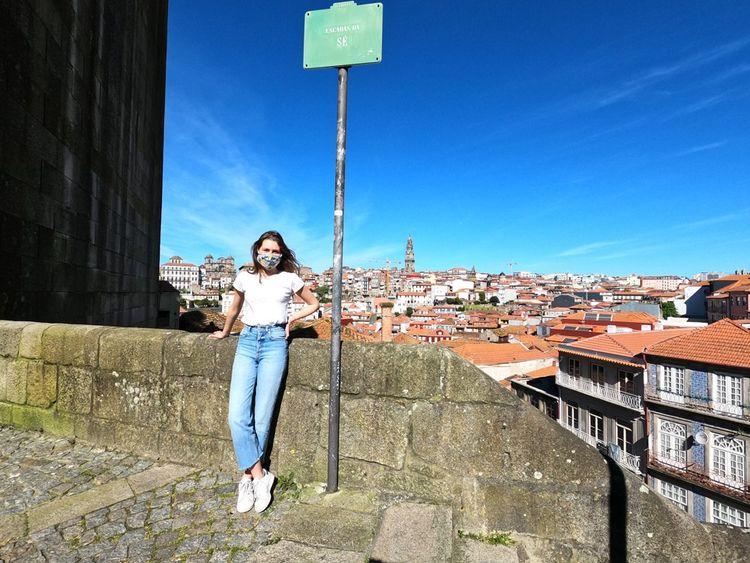 Léa, étudiante à l'école de commerce ICN, en master 1. Ici à Porto, où elle fait un stage.